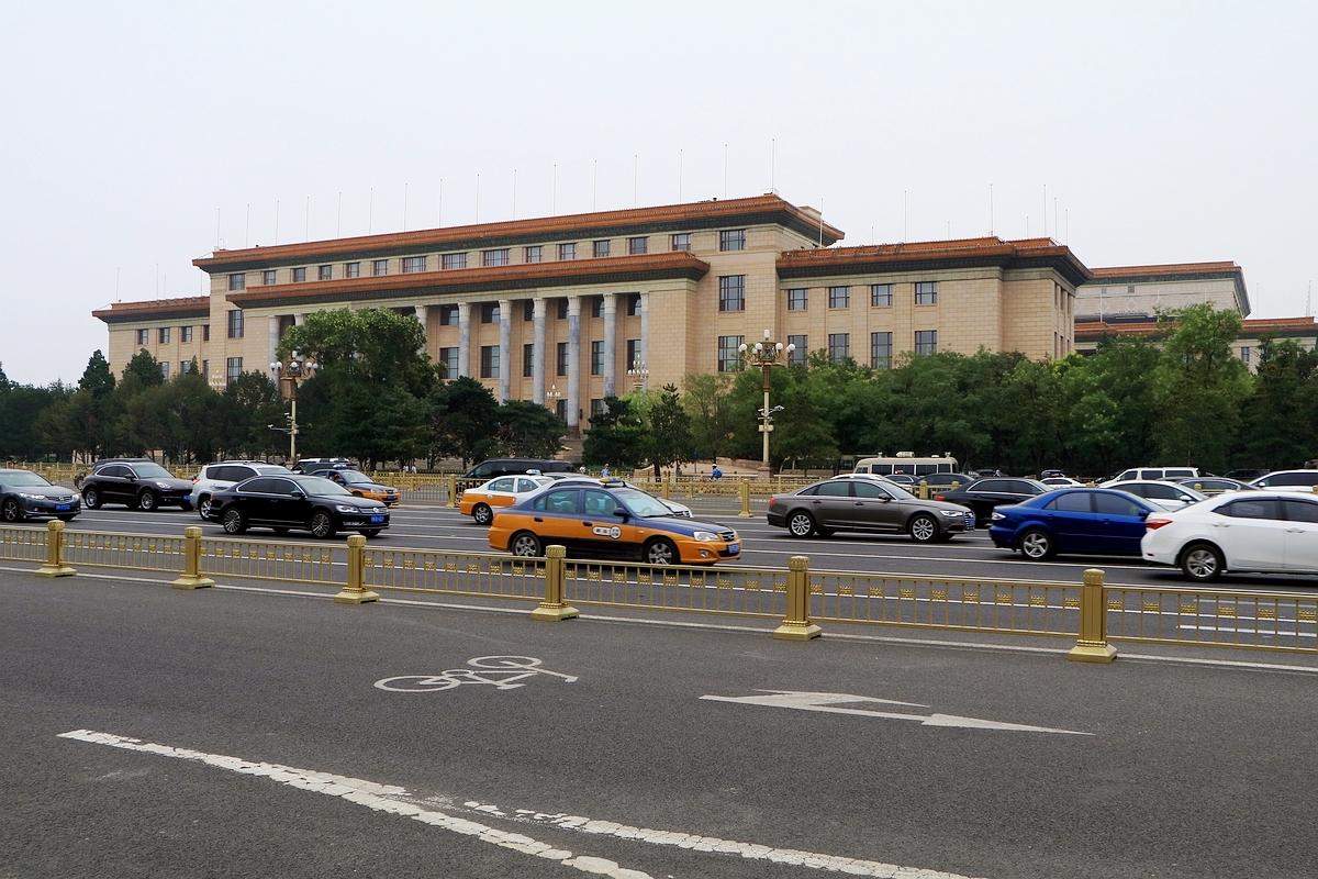 Drukke weg tegenover het Plein van de Hemelse Vrede,het Beijing, China